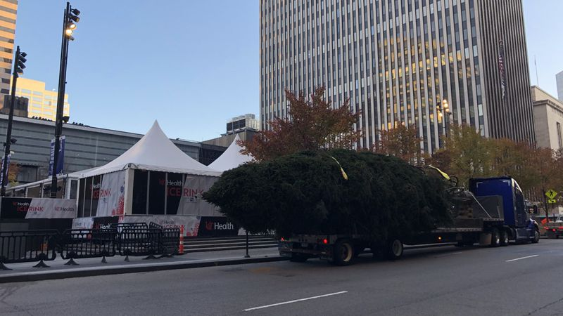 Christmas tree arriving in Fountain Square