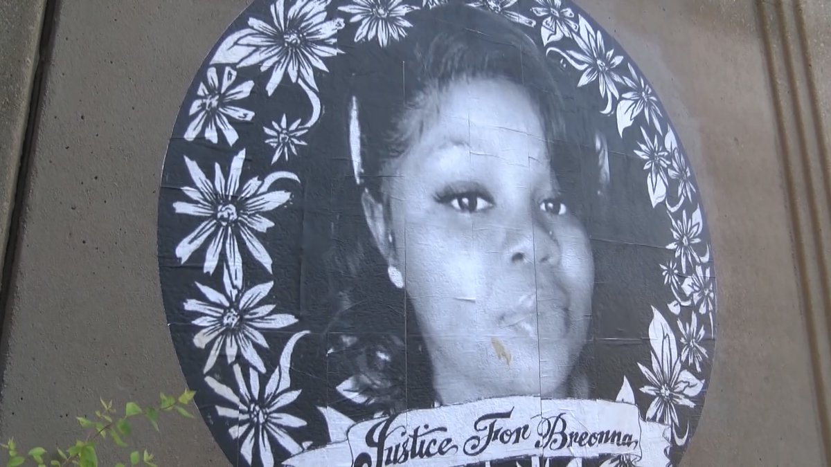 """A mural of Breonna Taylor reads """"Justice for Breonna"""""""