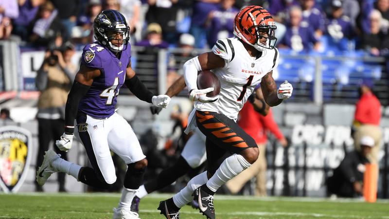 Cincinnati Bengals wide receiver Ja'Marr Chase (1) runs the ball against Baltimore Ravens...